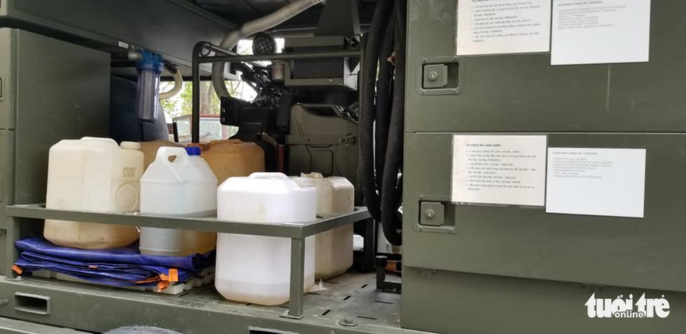 Quân đội triển khai tiêu độc khử trùng khu vực có ca COVID-19 thứ 17 - Ảnh 10.