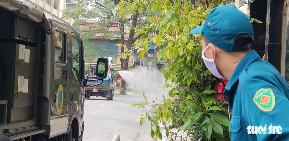 Quân đội triển khai tiêu độc khử trùng khu vực có ca COVID-19 thứ 17 - Ảnh 11.
