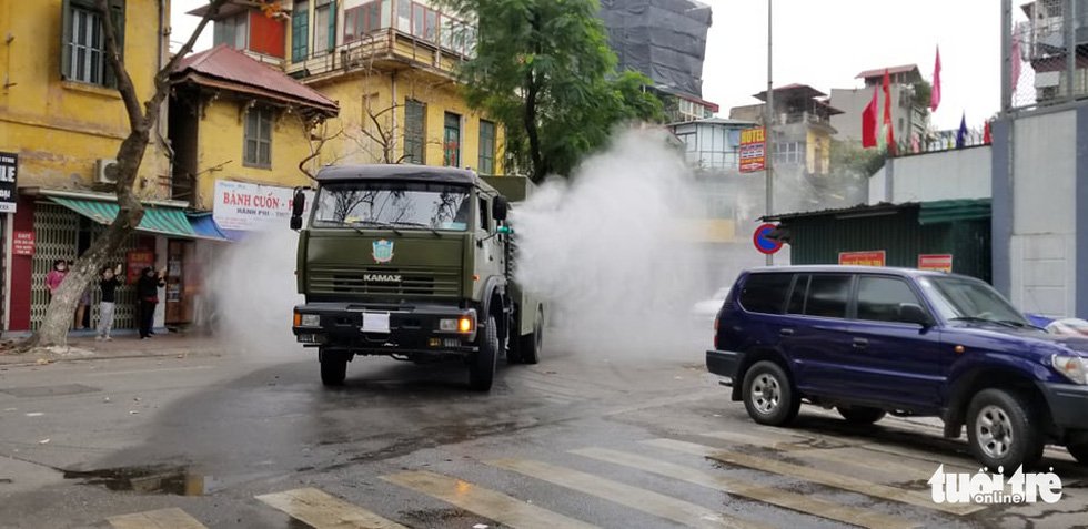 Quân đội triển khai tiêu độc khử trùng khu vực có ca COVID-19 thứ 17 - Ảnh 12.