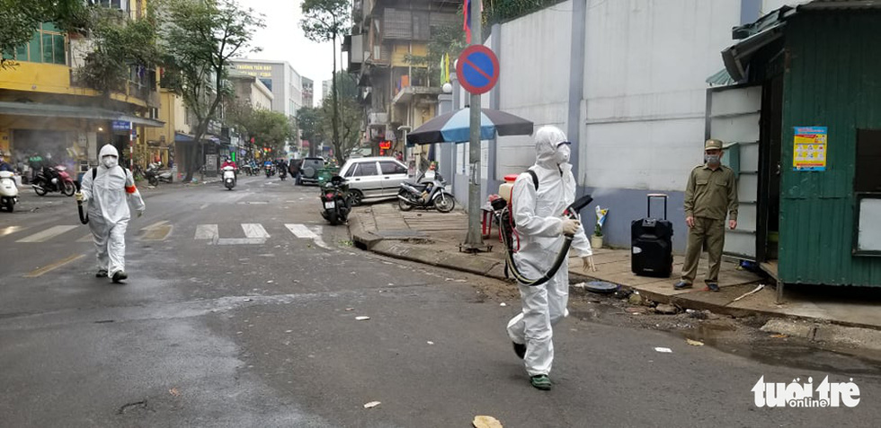 Quân đội triển khai tiêu độc khử trùng khu vực có ca COVID-19 thứ 17 - Ảnh 13.