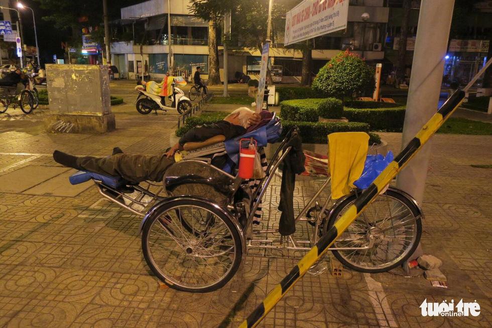 Sài Gòn vắng lặng khác lạ trong ngày đầu cách ly toàn xã hội - Ảnh 19.