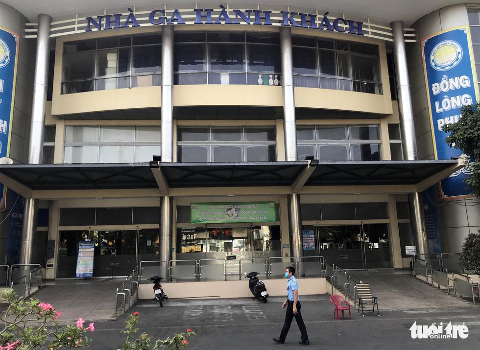 Sài Gòn vắng lặng khác lạ trong ngày đầu cách ly toàn xã hội - Ảnh 15.