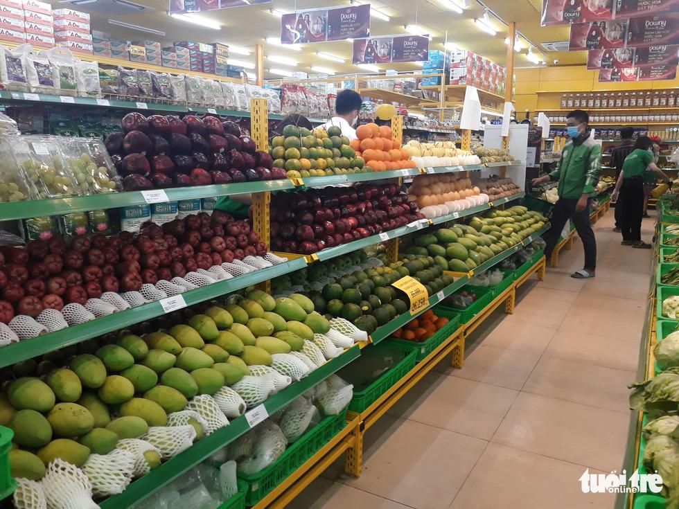 Hàng đầy ắp nhưng chợ, siêu thị vắng vẻ trong ngày đầu cách ly xã hội - Ảnh 8.