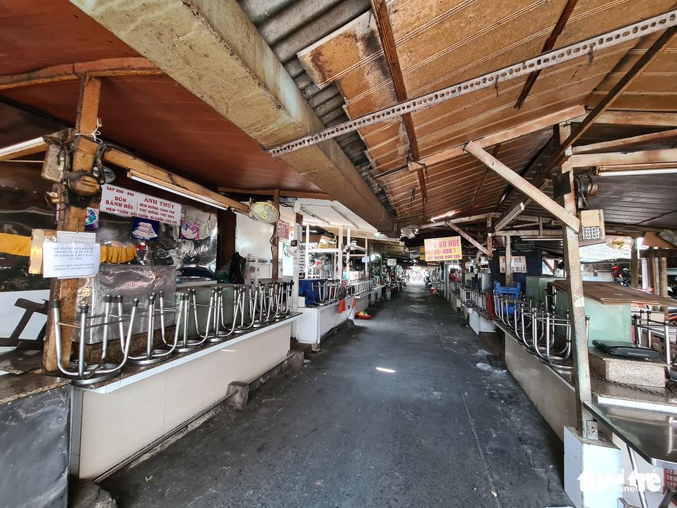 Hàng đầy ắp nhưng chợ, siêu thị vắng vẻ trong ngày đầu cách ly xã hội - Ảnh 7.