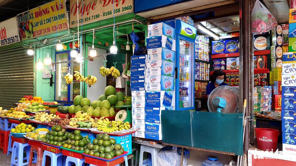 Hàng đầy ắp nhưng chợ, siêu thị vắng vẻ trong ngày đầu cách ly xã hội - Ảnh 9.