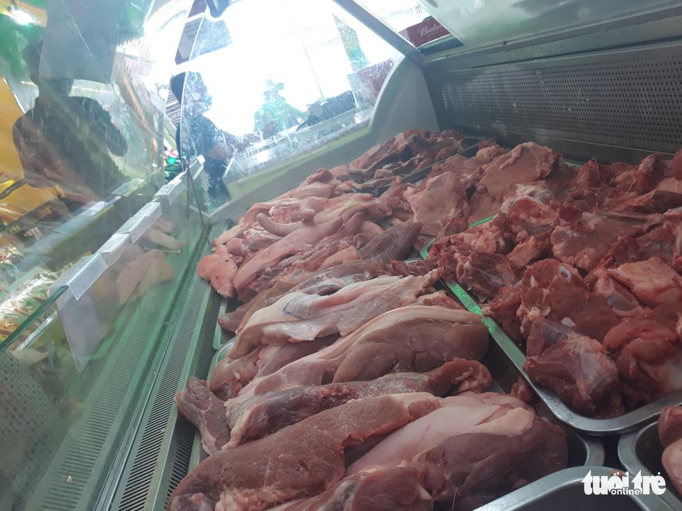 Hàng đầy ắp nhưng chợ, siêu thị vắng vẻ trong ngày đầu cách ly xã hội - Ảnh 6.