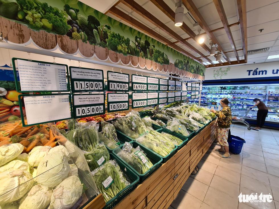 Hàng đầy ắp nhưng chợ, siêu thị vắng vẻ trong ngày đầu cách ly xã hội - Ảnh 4.