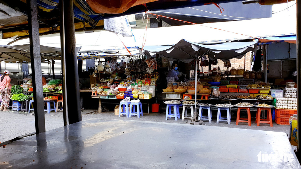 Hàng đầy ắp nhưng chợ, siêu thị vắng vẻ trong ngày đầu cách ly xã hội - Ảnh 3.