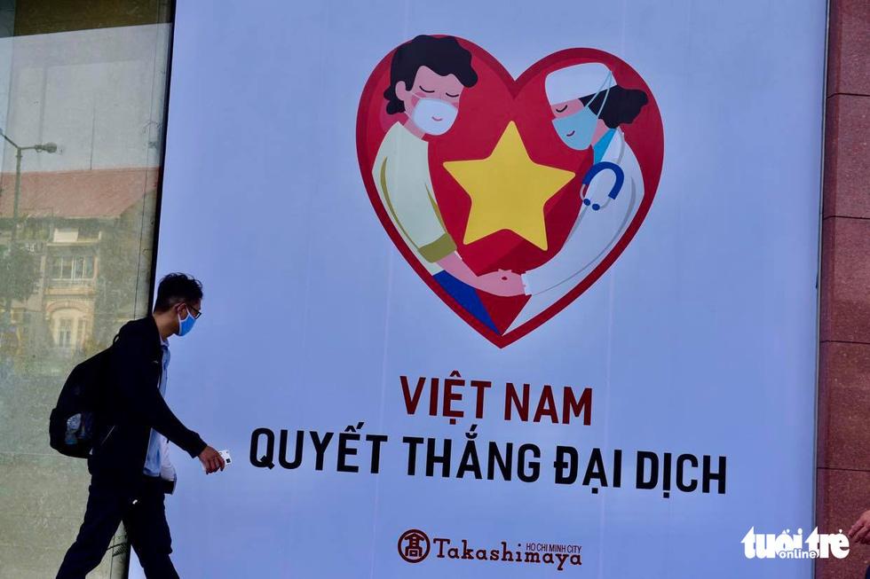 Sài Gòn vắng lặng khác lạ trong ngày đầu cách ly toàn xã hội - Ảnh 1.