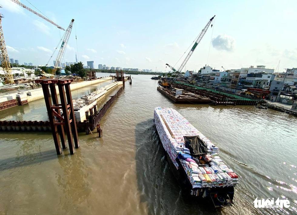 Sài Gòn vắng lặng khác lạ trong ngày đầu cách ly toàn xã hội - Ảnh 14.