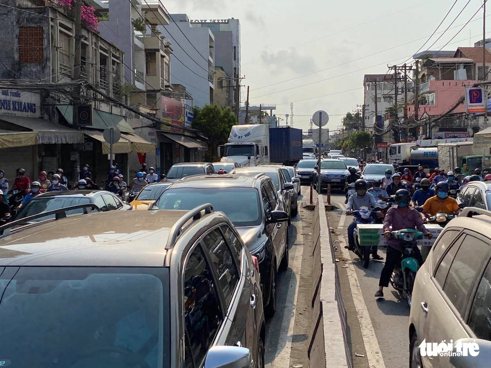 Sài Gòn vắng lặng khác lạ trong ngày đầu cách ly toàn xã hội - Ảnh 12.