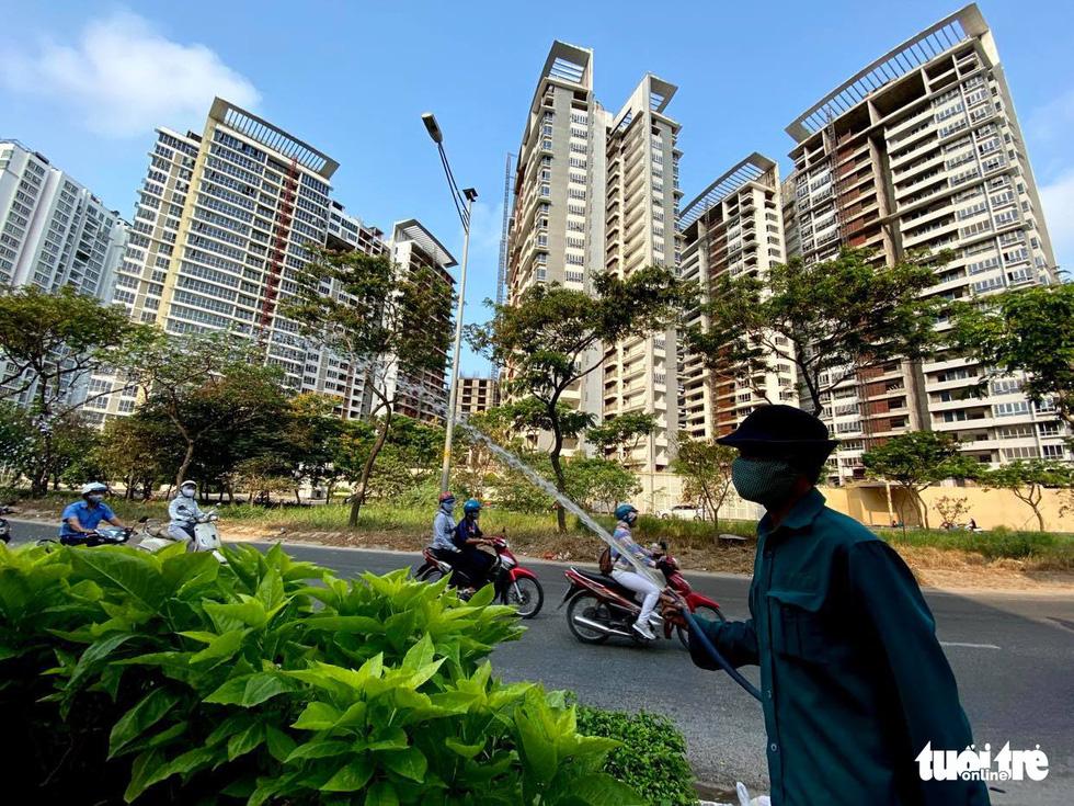 Sài Gòn vắng lặng khác lạ trong ngày đầu cách ly toàn xã hội - Ảnh 13.