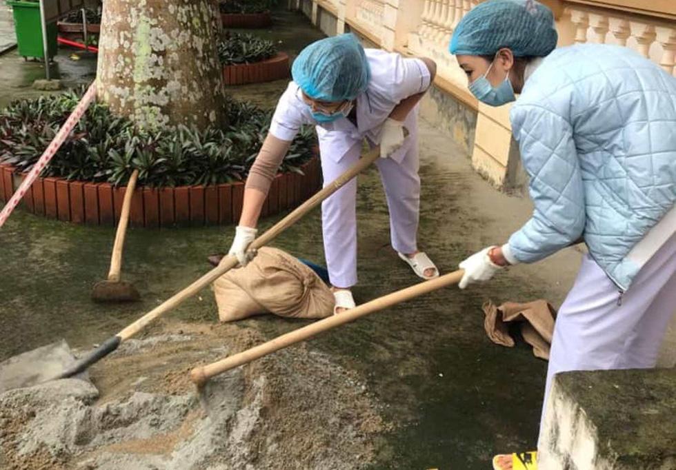 Những bác sĩ chữa COVID-19 kiêm luôn phụ hồ, sửa điện nước - Ảnh 1.
