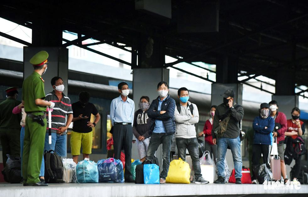 Ga Sài Gòn triển khai lấy mẫu xét nghiệm cho tất cả hành khách - Ảnh 5.