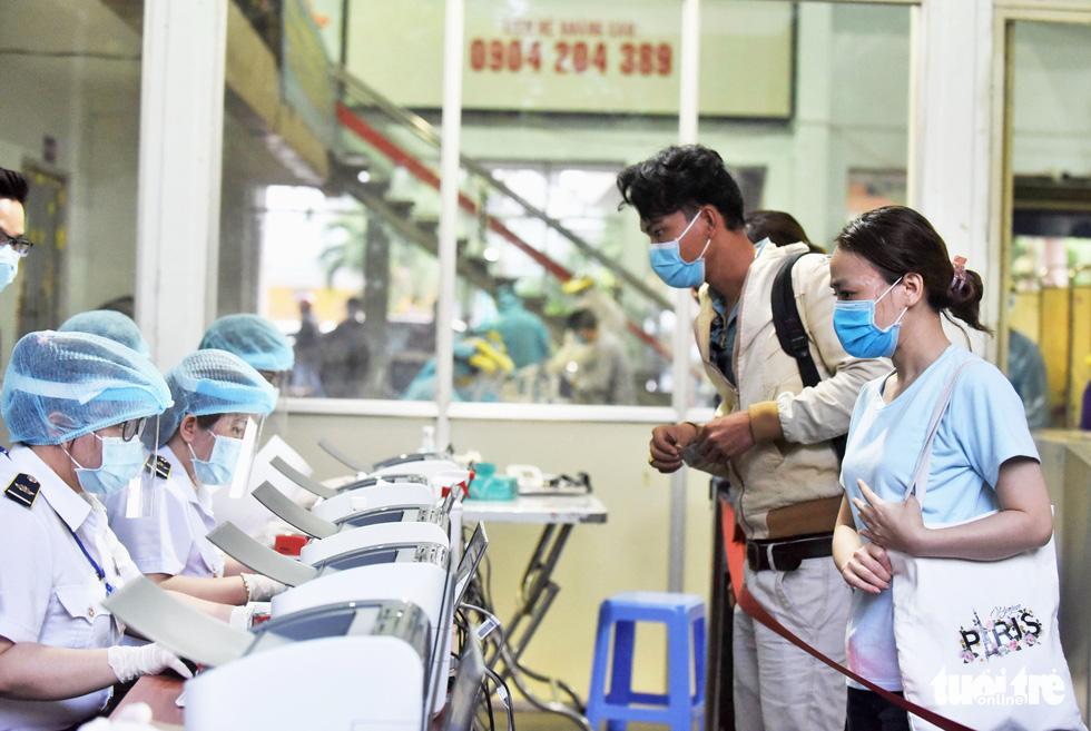 Ga Sài Gòn triển khai lấy mẫu xét nghiệm cho tất cả hành khách - Ảnh 4.