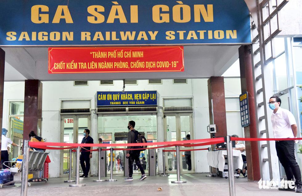 Ga Sài Gòn triển khai lấy mẫu xét nghiệm cho tất cả hành khách - Ảnh 2.