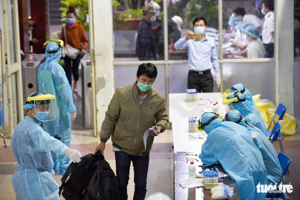 Ga Sài Gòn triển khai lấy mẫu xét nghiệm cho tất cả hành khách - Ảnh 10.
