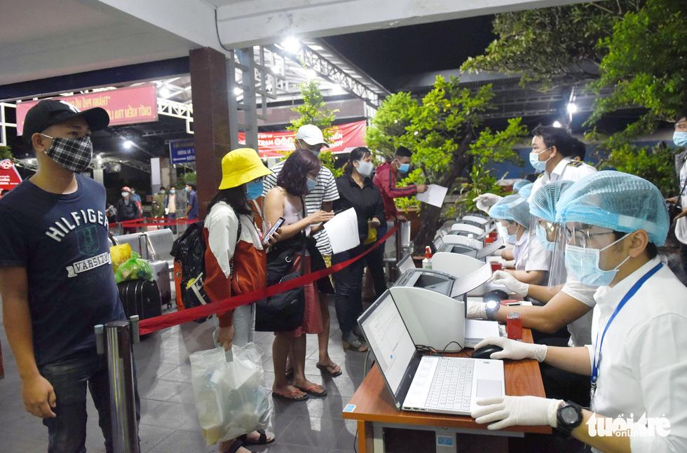 Ga Sài Gòn triển khai lấy mẫu xét nghiệm cho tất cả hành khách - Ảnh 8.