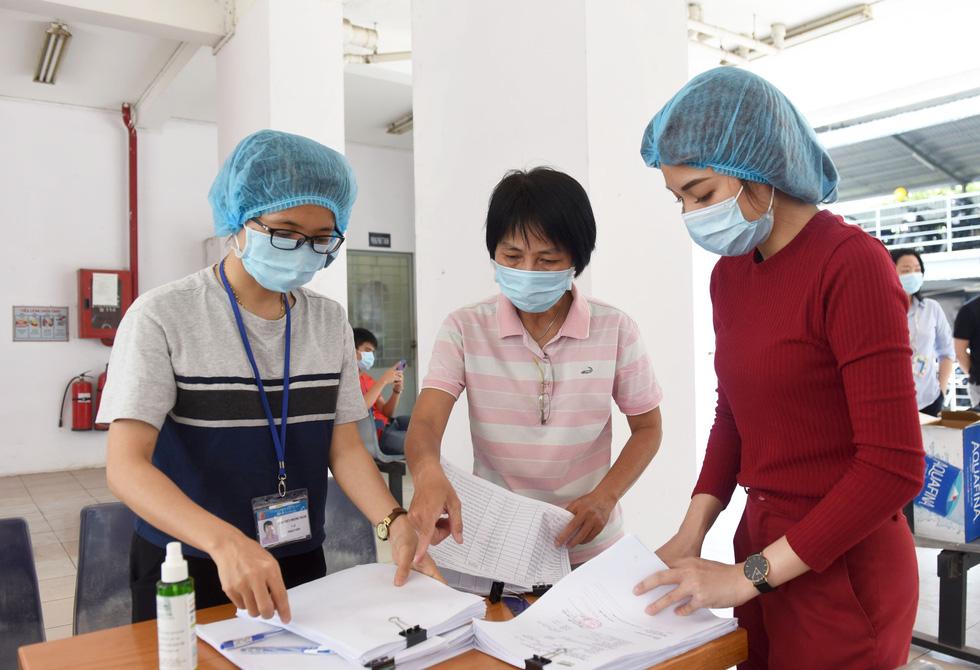 Công nhân thấy an tâm khi được xét nghiệm sàng lọc COVID-19 - Ảnh 10.