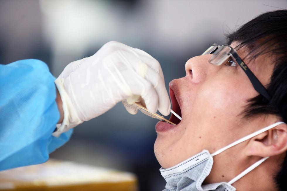 Công nhân thấy an tâm khi được xét nghiệm sàng lọc COVID-19 - Ảnh 1.