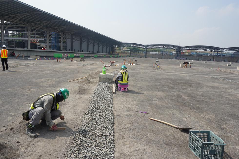 Cận cảnh metro số 1 Bến Thành - Suối Tiên đang hoàn thiện - Ảnh 10.