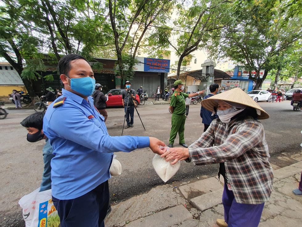 Người đến ATM gạo ở Huế quá đông, phải trao trực tiếp mới kịp - Ảnh 6.
