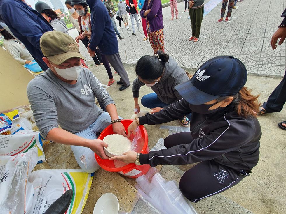 Người đến ATM gạo ở Huế quá đông, phải trao trực tiếp mới kịp - Ảnh 4.