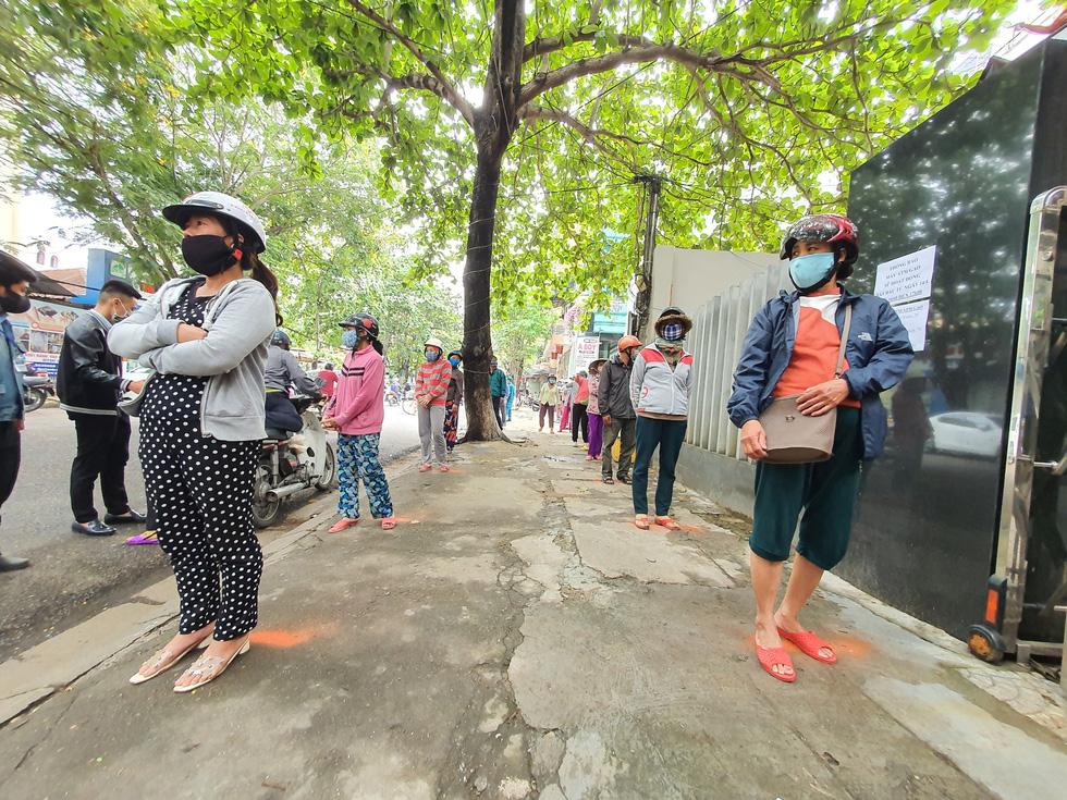 Người đến ATM gạo ở Huế quá đông, phải trao trực tiếp mới kịp - Ảnh 2.