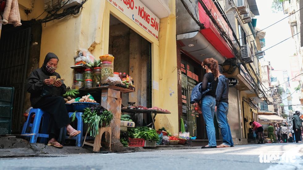 Chợ phố cổ Hà Nội kẻ vạch cách 2 mét mới bán hàng - Ảnh 8.