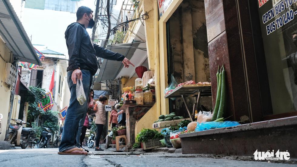 Chợ phố cổ Hà Nội kẻ vạch cách 2 mét mới bán hàng - Ảnh 5.