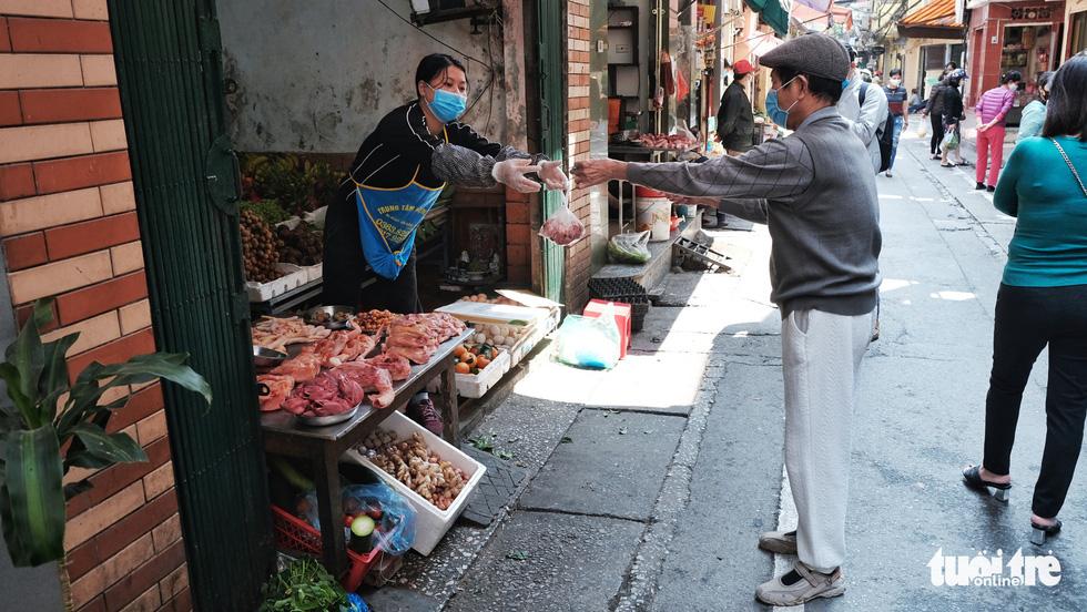 Chợ phố cổ Hà Nội kẻ vạch cách 2 mét mới bán hàng - Ảnh 3.
