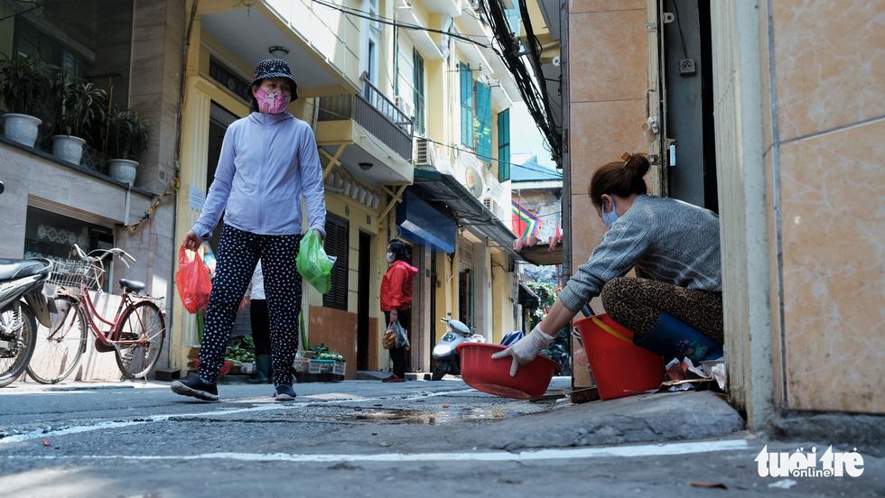 Chợ phố cổ Hà Nội kẻ vạch cách 2 mét mới bán hàng - Ảnh 11.