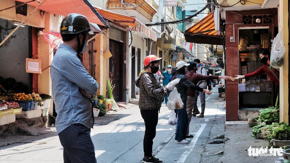 Chợ phố cổ Hà Nội kẻ vạch cách 2 mét mới bán hàng - Ảnh 10.