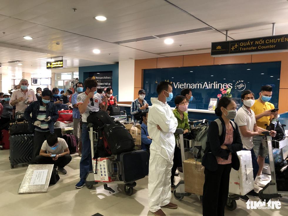Mất 2-3 giờ chờ khai báo y tế, lấy mẫu xét nghiệm ở Tân Sơn Nhất - Ảnh 2.