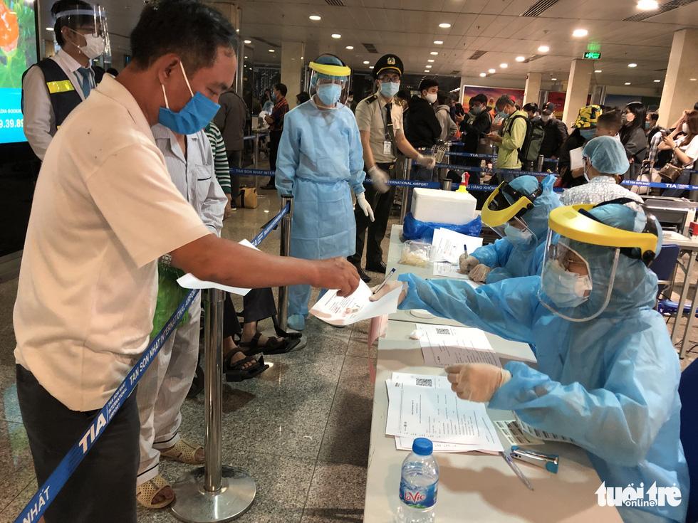 Mất 2-3 giờ chờ khai báo y tế, lấy mẫu xét nghiệm ở Tân Sơn Nhất - Ảnh 4.