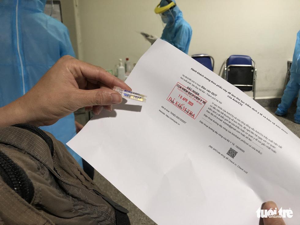 Mất 2-3 giờ chờ khai báo y tế, lấy mẫu xét nghiệm ở Tân Sơn Nhất - Ảnh 5.