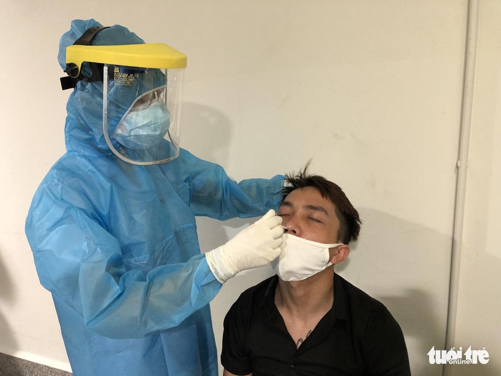 Mất 2-3 giờ chờ khai báo y tế, lấy mẫu xét nghiệm ở Tân Sơn Nhất - Ảnh 7.