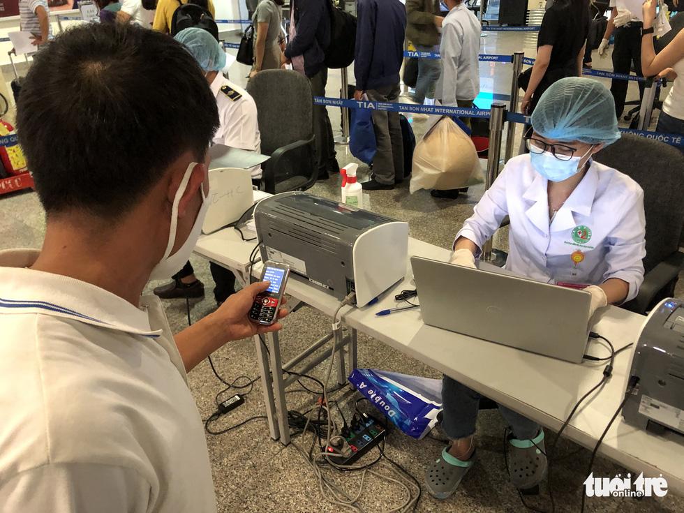 Mất 2-3 giờ chờ khai báo y tế, lấy mẫu xét nghiệm ở Tân Sơn Nhất - Ảnh 3.
