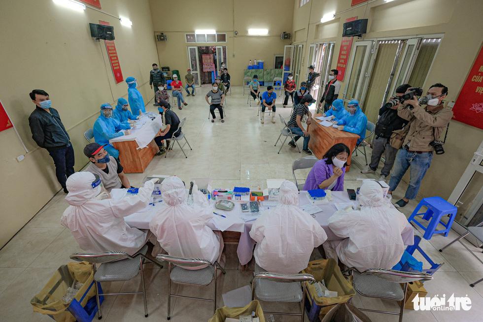 Xét nghiệm nhanh COVID-19 cho hàng trăm tiểu thương chợ đầu mối Hà Nội - Ảnh 5.