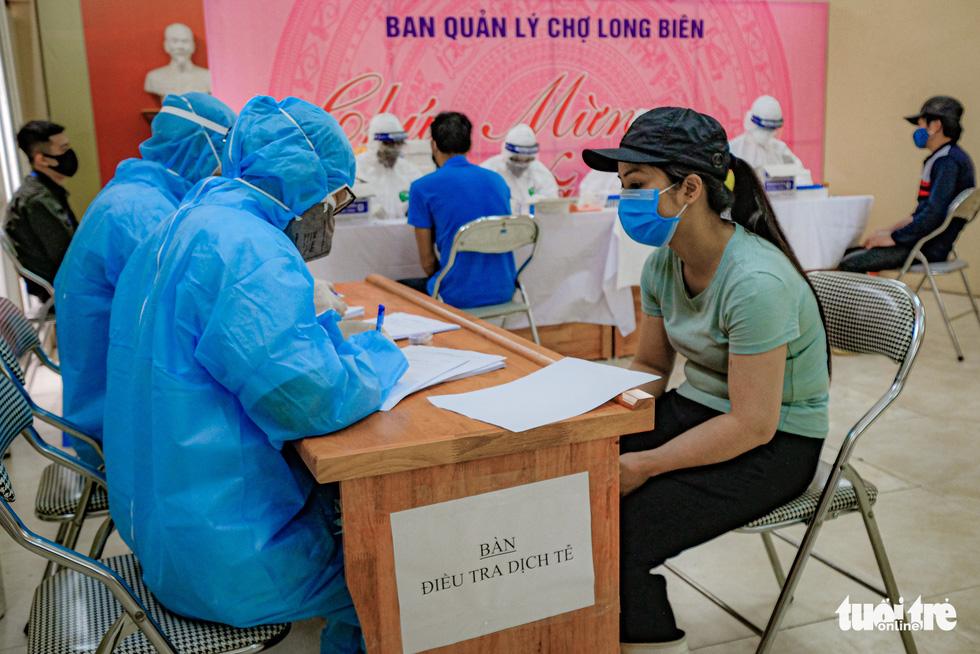 Xét nghiệm nhanh COVID-19 cho hàng trăm tiểu thương chợ đầu mối Hà Nội - Ảnh 6.