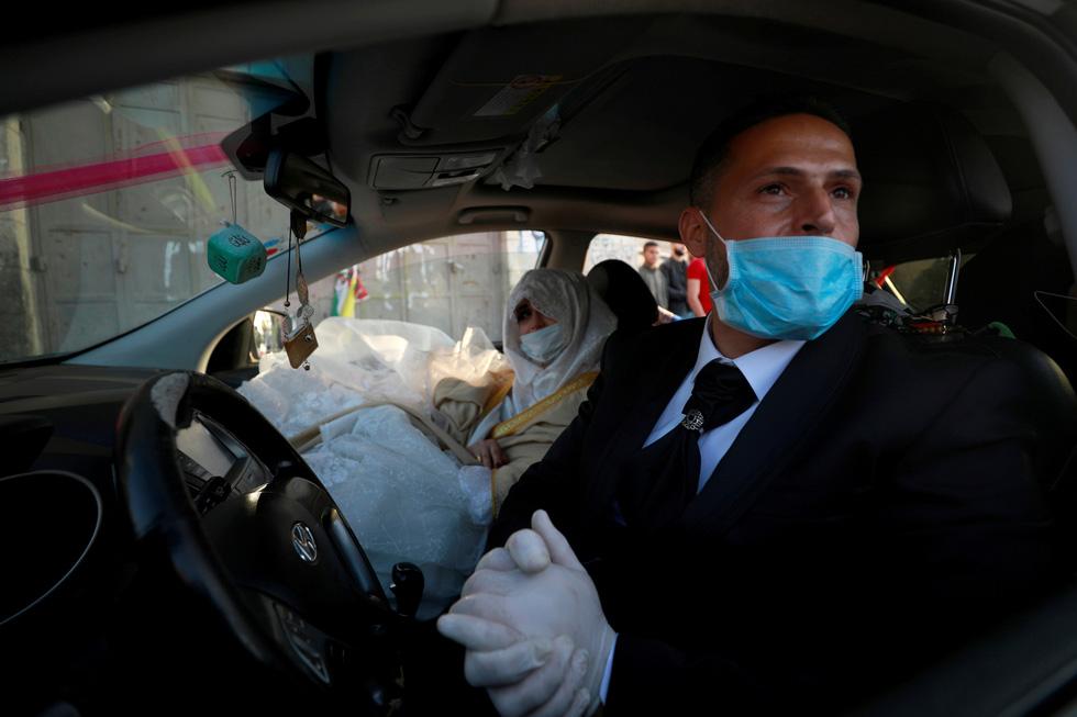 Virus SARS-CoV-2 đã mang đến thế giới những đám cưới chưa từng thấy ra sao? - Ảnh 2.