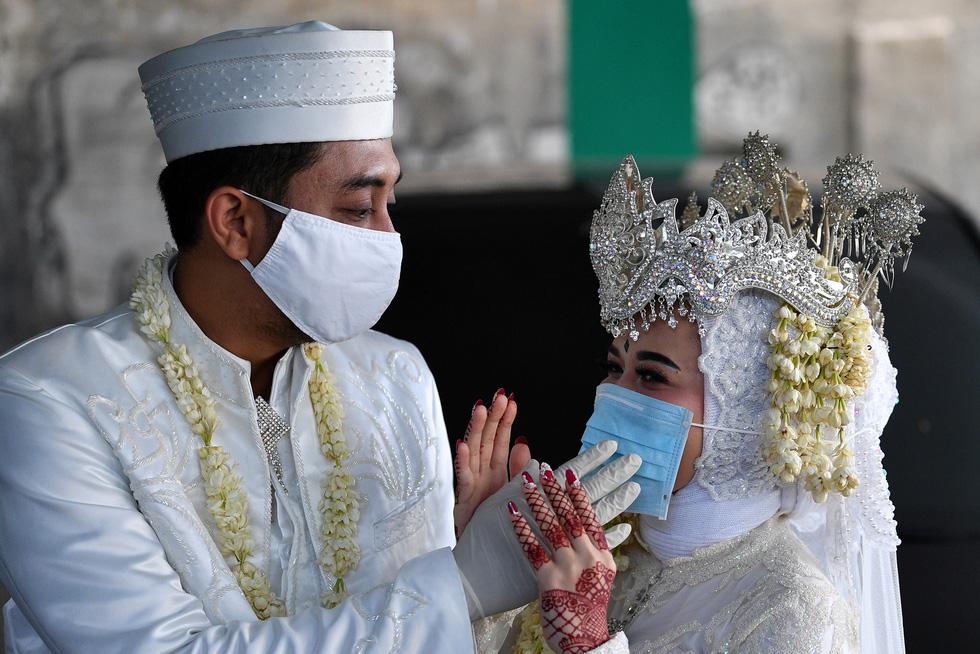 Virus SARS-CoV-2 đã mang đến thế giới những đám cưới chưa từng thấy ra sao? - Ảnh 12.