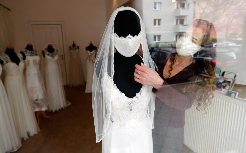 Virus SARS-CoV-2 đã mang đến thế giới những đám cưới chưa từng thấy ra sao? - Ảnh 10.