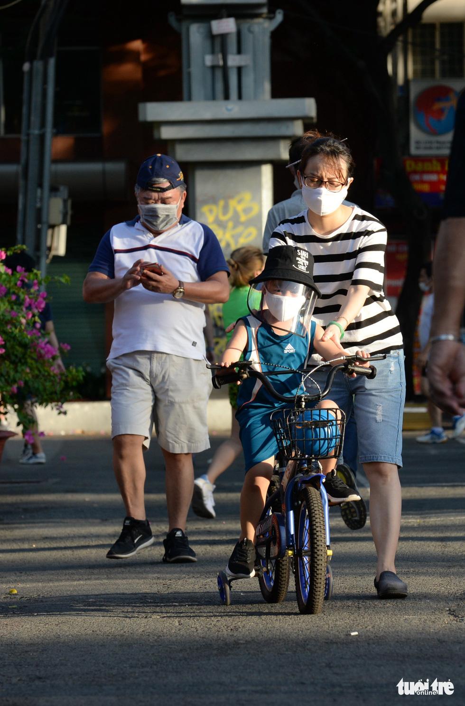 Thong thả đạp xe giữa Sài Gòn mùa phòng dịch COVID-19 - Ảnh 6.