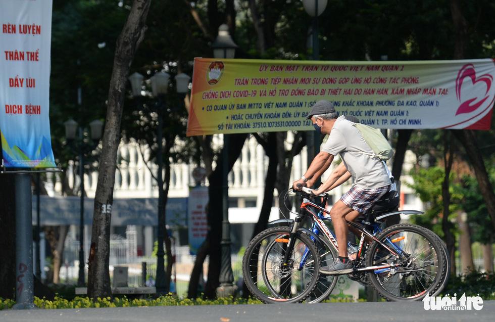 Thong thả đạp xe giữa Sài Gòn mùa phòng dịch COVID-19 - Ảnh 1.