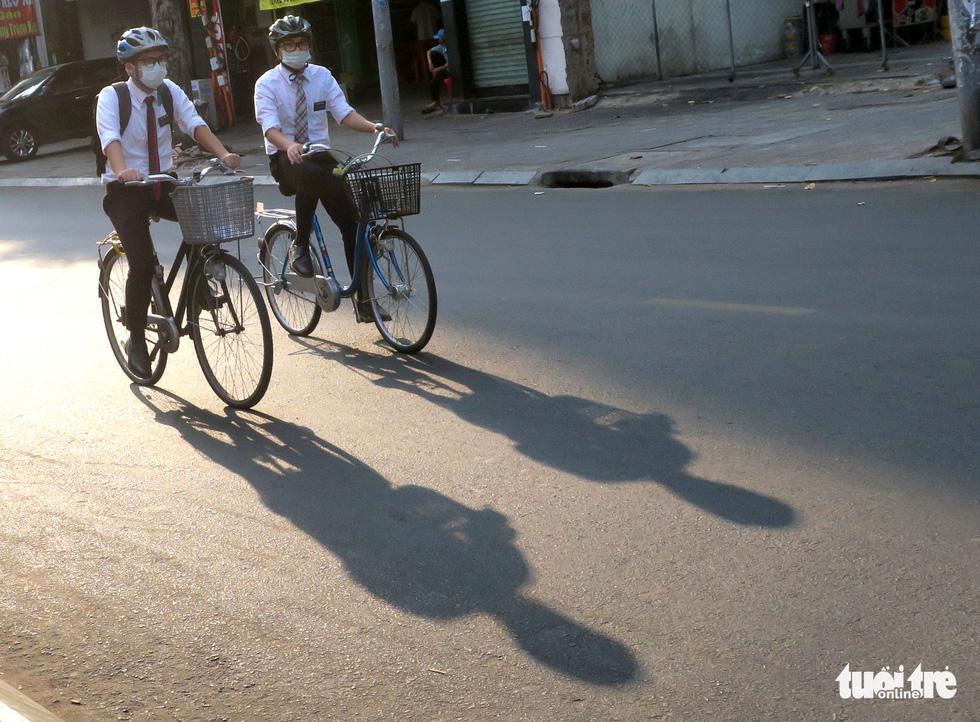 Thong thả đạp xe giữa Sài Gòn mùa phòng dịch COVID-19 - Ảnh 3.