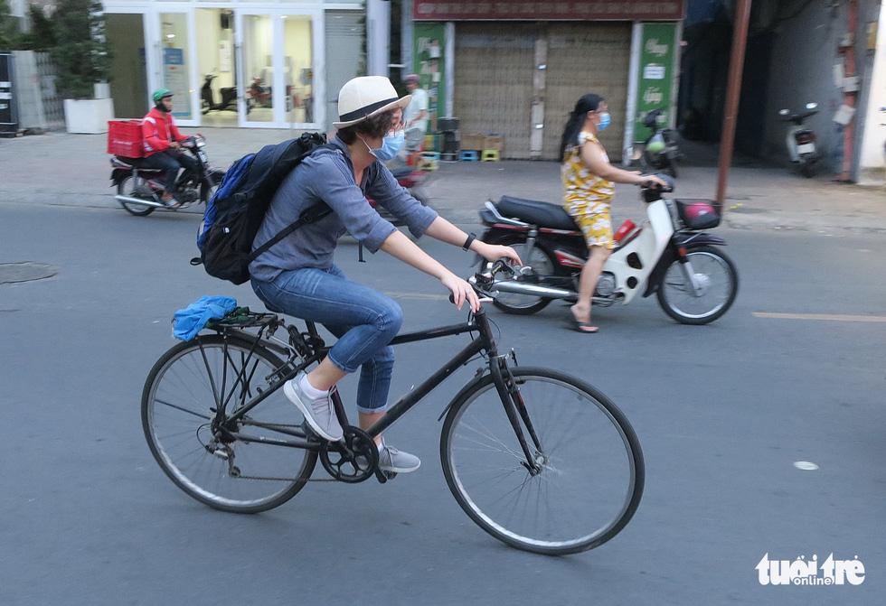Thong thả đạp xe giữa Sài Gòn mùa phòng dịch COVID-19 - Ảnh 2.