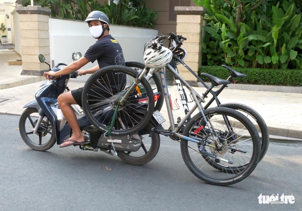 Thong thả đạp xe giữa Sài Gòn mùa phòng dịch COVID-19 - Ảnh 9.