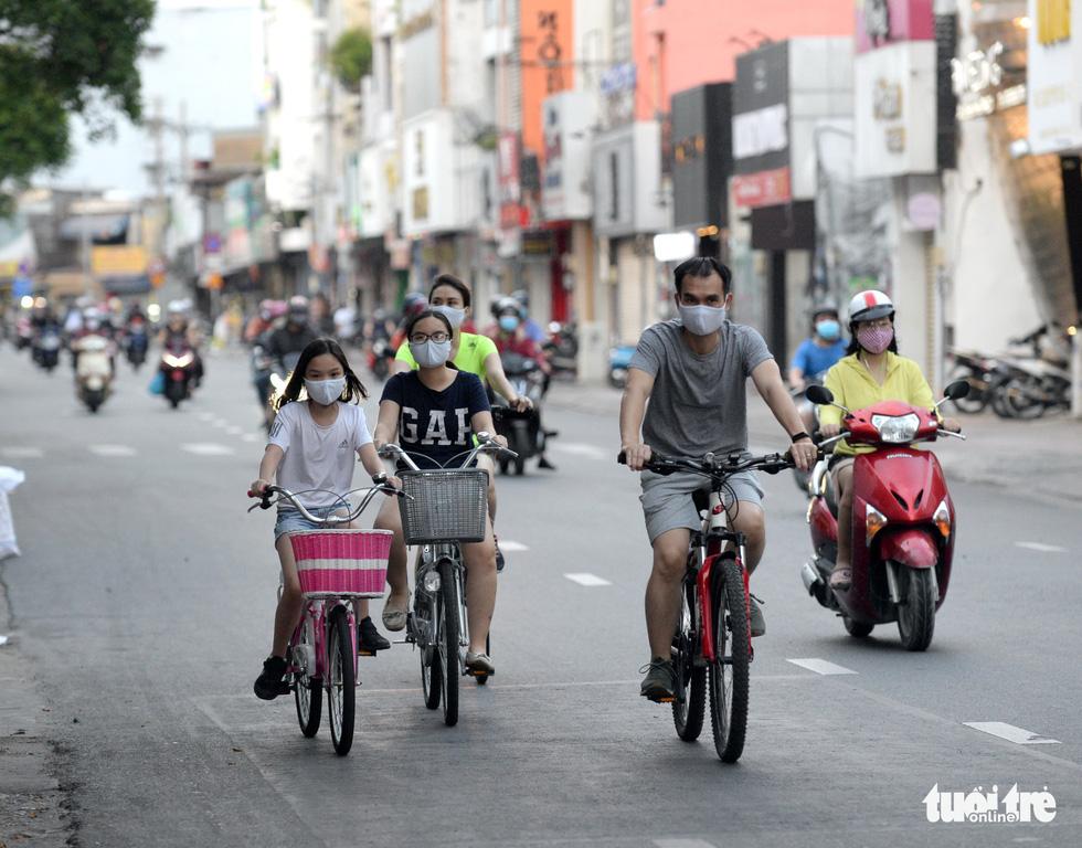 Thong thả đạp xe giữa Sài Gòn mùa phòng dịch COVID-19 - Ảnh 8.