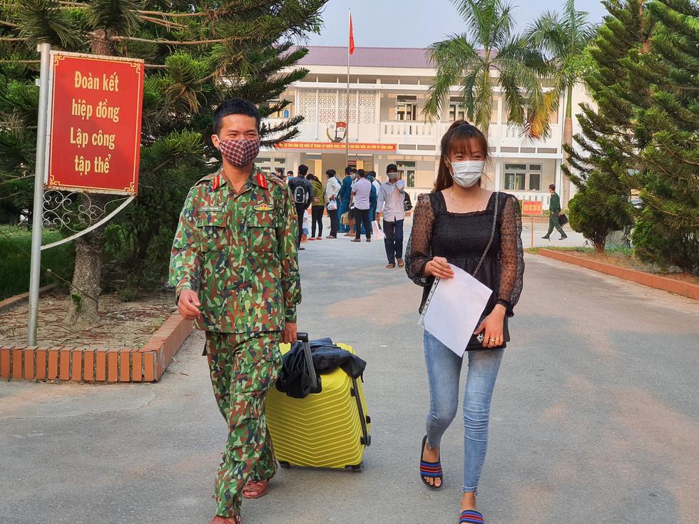 Lãnh đạo các địa phương Thừa Thiên Huế đón lao động ở Lào hết cách ly về nhà - Ảnh 1.